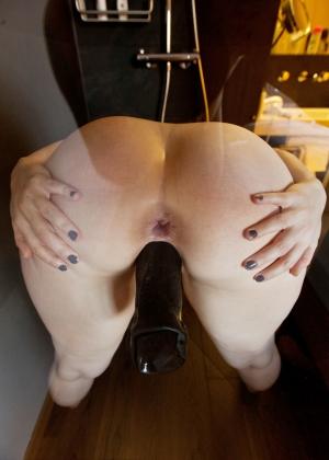 Принимая душ 31-летняя женщина занимается сексом с дилдо