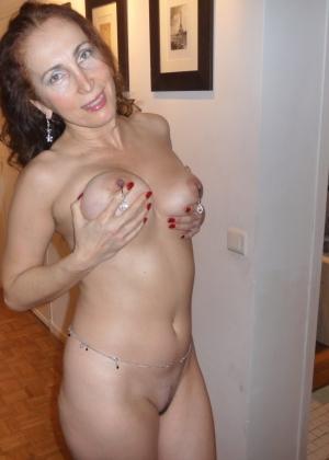 Удовлетворенная зрелая женщина