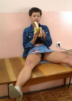 Девчонка кушает банан и демонстрирует волосатую вагинальную дырочку