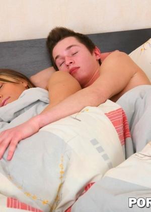 Блондинка и красивая брюнетка стали на кроватке ублажать молодого паренька