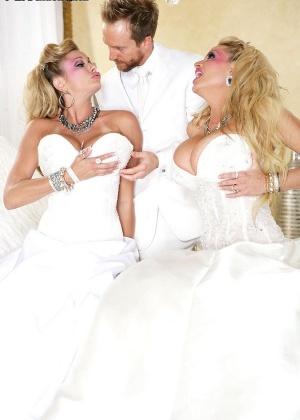 Порно на кроватке с двумя блондинистыми развратными сучками