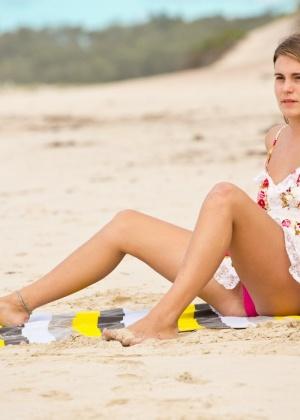 На пляже молоденькая девица решила продемонстрировать промежность