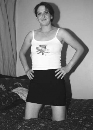 Черно-белые фотографии обнаженной брюнетки бальзаковского возраста