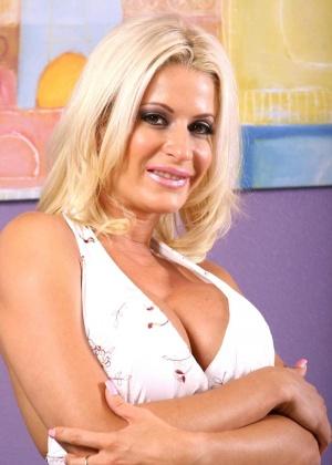 Блондинка обладает классной фигуркой, поэтому смотреть на нее в обнаженном виде – большое удовольствие
