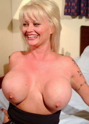 Опытная блондинка с большой грудью показывает всем свою щелку и сует туда игрушку