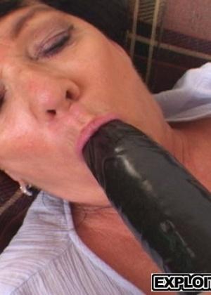 Похотливая матюра запихивает в свое мокрое влагалище черную секс игрушку