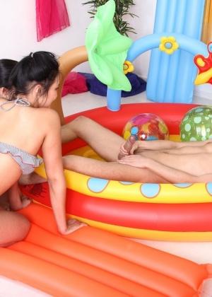 Парень по очереди запихивает свой большой половой член в задницы девушек