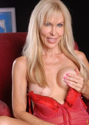 Зрелая блондинка выглядит просто шикарно для своих лет – в этом можно легко убедиться с помощью фото