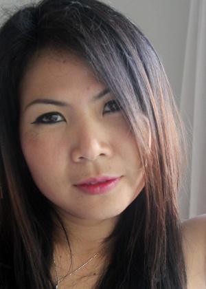 Сексуальная азиатка с темными волосами показывает свою выбритую киску
