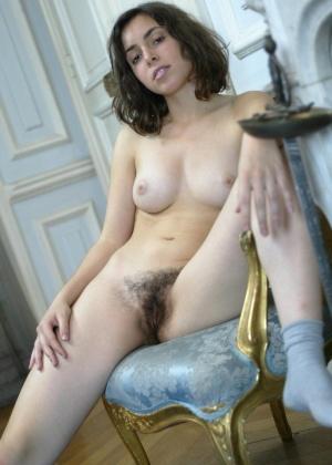 Французская молодушка с красивыми сиськами и волосатой пизденкой