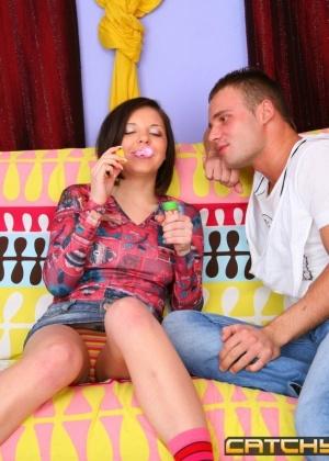 Паренек жарит в киску свою знакомую подружку и дает ей на рот свой большой член