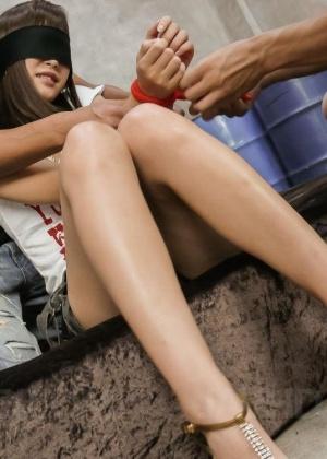 Привлекательная азиатка занимается половым сношением с двумя пацанчиками