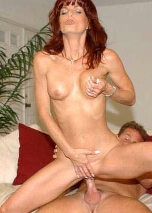 Рыжеволосая красотка занимается диким сексом со своим мужем который снимает все на камеру