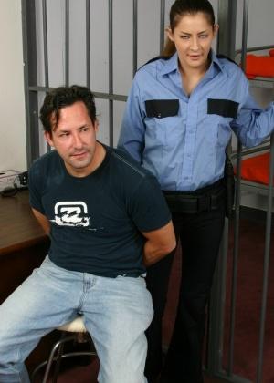 В полицейском участке над членом заключенного поигрались красивые девушки