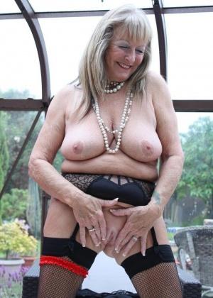 Старые женщины тоже демонстрируют свои интимные части тела