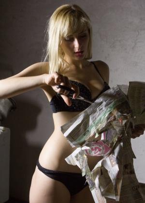 Блондинка в сексуальном нижнем белье занимается показом своей влажной киски