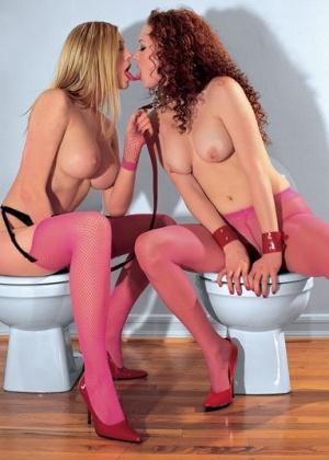 Сногсшибательные девушки-лесбиянки в чулках поигрались на полу