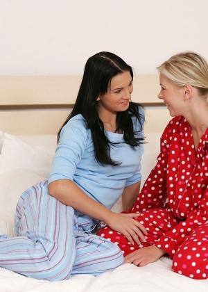 Молоденькие лесбиянки на большой кроватке развлеклись со страпоном