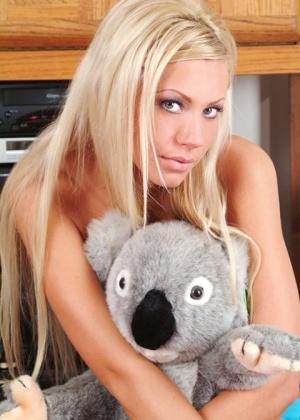 Блондинка в сексуальных черных трусиках спускает их с себя и показывает промежность
