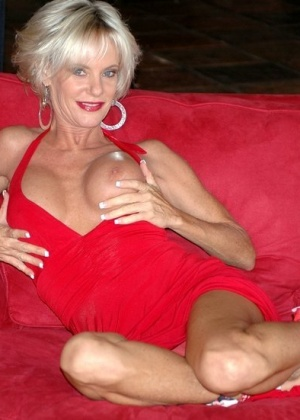 Зрелая блондинка выглядит очень достойно для своих лет и с легкостью соблазняет мужчину для секса