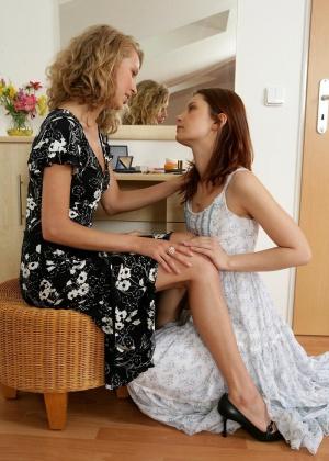 Лесбиянки с маленькими титьками получают сексуальное удовольствие