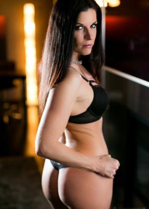 Очень сексуальные красотки хвастаются своими горячими телами возле зеркала