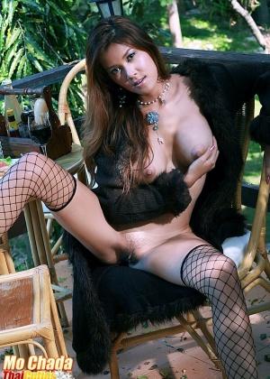 Привлекательная азиатская девушка в чулочках с большим резиновым членом