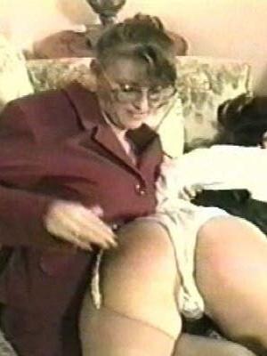 Строгая женщина шлепает по аппетитной заднице бабенок