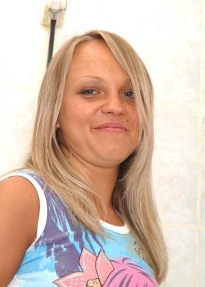 Обнаженная блондинистая красавица принимает душ