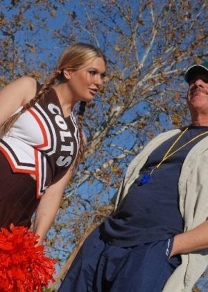 Лысый и зрелый тренер трахает горячую студентку с большими дойками