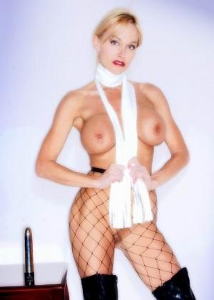 Девушка в латексе и сетке позирует в сексуальном виде – она способна возбудить собой всех мужчин