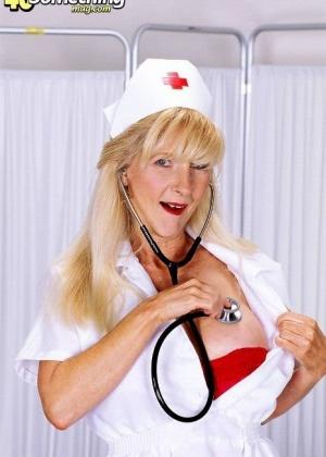 Опытная медсестра знает, как нужно встать, чтобы заставить любого мужчину возбудиться от ее откровенности