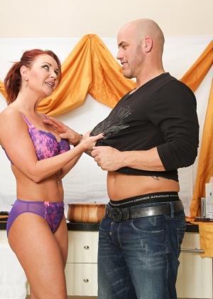 На надувном матрасе жена с большими дойками ублажает муженька