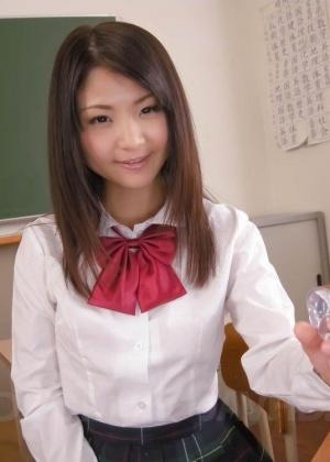 Электрическим вибратором азиатская молодушка притрагивается к волосатой пизденке
