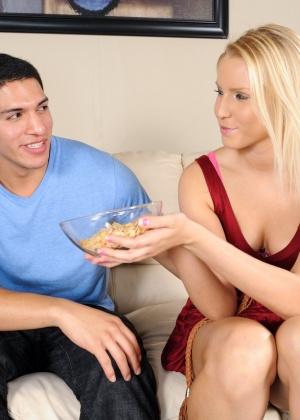 С соблазнительными потаскушками паренек получил незабываемое сексуальное наслаждение