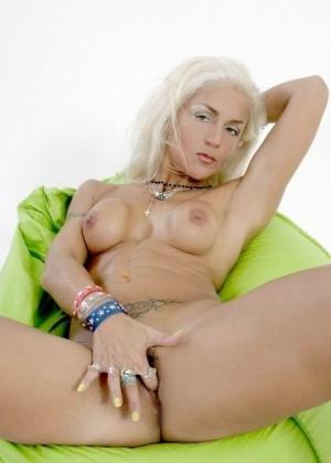 Женщина доводит себя до оргазма с помощью пальцев – ей нравится ласкать себя собой, ведь она знает, как лучше