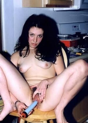 Брюнетка уселась на стул и стала запихивать в небритую пизденку игрушку