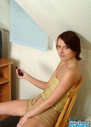 Женщина сняла беленькие трусы и продемонстрировала мохнатую дырку