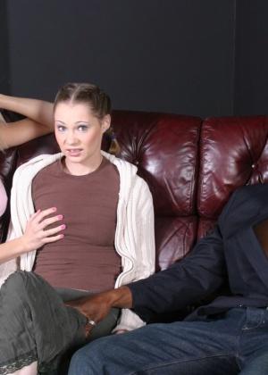 Чернокожий трахарь на диване развлекается с двумя молоденькими развратницами