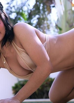 Соблазнительная азиатская девчонка в свой ротик погрузила стояк