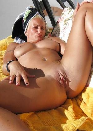 Зрелая блондинка голая на солнце