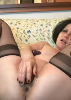 Зрелая женщина мучает свои дырки фистингом