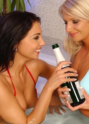 Девушки ебутся с бутылкой шампанского