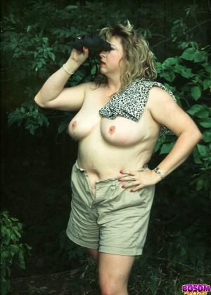 Жирная женщина оголилась в лесу