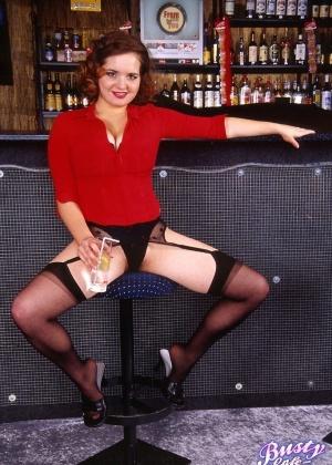 Кудрявая официантка разделась у стойки бара