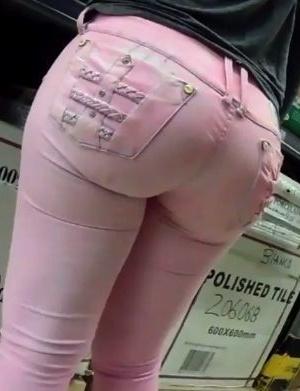 Попка латины в розовых джинсах