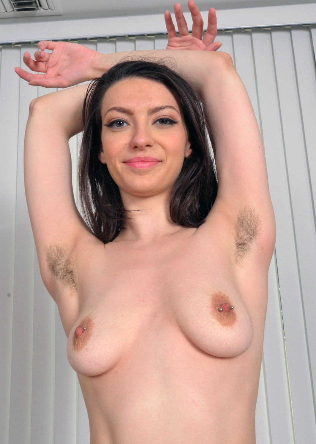 Красавица Женевьева лижет волосатые подмышки