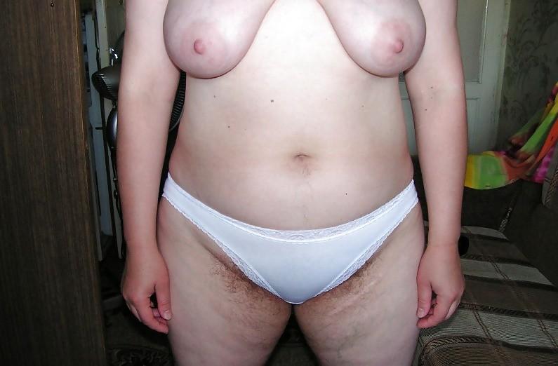 Женщина с большой жопой сняла трусы и показала зад