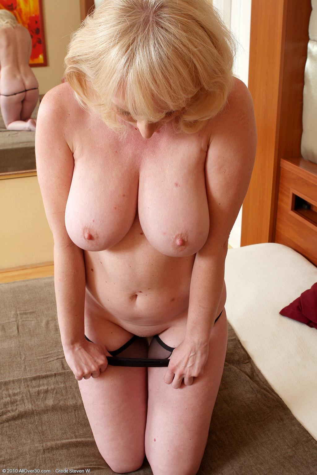 Пожилая блондинка занимается сексом с дилдо