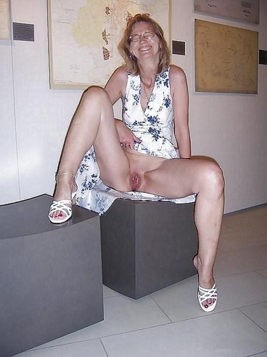 Сучки раздвигают ножки на улице